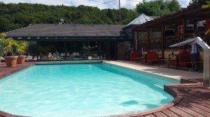La piscine de l'hôtel avec le spa au fond !